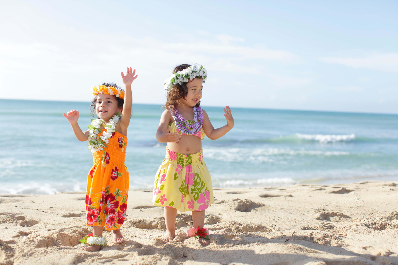 フラダンスをする姉妹